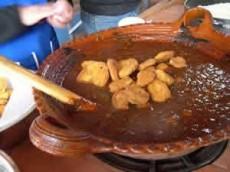 Mole con tortitas de camarón capeadas