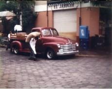 Don Gil Romero en 1953 vende semillas, licor y frutas de Veracruz.