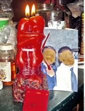 Las velas rojas y fotos se usan para el hechizo de amor.
