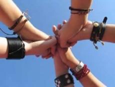 Los amigos son los compañeros de transformaciones y crisis.