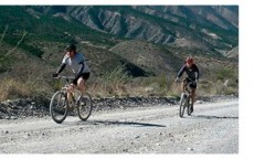 El ciclista de montaña requiere mucha fuerza en los brazos.