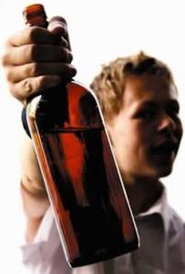 A los 12 y 13 años inician su hábito al alcohol.
