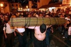 500 personas caminan descalzas con crucifijos y rollos de zarza de 80 kilos.