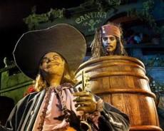 """En """"Piratas del Caribe"""" la nave desciende sobre una catarata en cavernas llenas de tesoros."""