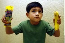 """No es recomendable dar dinero a los hijos, pues terminan comprando """"chatarra"""