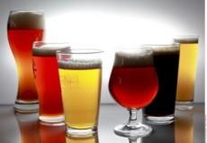 El vaso de boca ancha es para la cerveza de trigo.