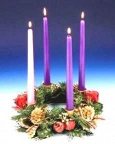 La corona de Adviento es un círculo de follaje verde sobre el que se insertan cuatro velas.
