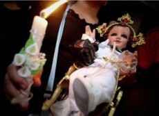 Cuando se acuesta en el pesebre al Niño Dios se hacen oraciones.
