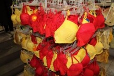 Algunos famosos usarán ropa interior amarilla o roja, aunque no crean en la superstición.
