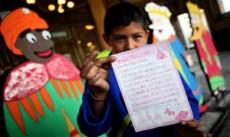 Los niños cada 6 de enero les escriben a los Reyes para que les traigan regalos.