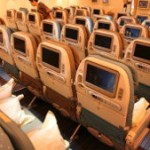 ¿Por qué los asientos de pasajeros en los aviones no miran hacia atrás?