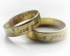 Se comparten historias reales de parejas que se casaron gracias a esta red.